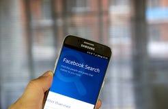 Búsqueda de Facebook en Samsung S7 Fotografía de archivo