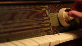 Búsqueda de frecuencias en radio del vintage almacen de metraje de vídeo