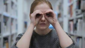 Búsqueda de la mujer joven, encontrando con los prismáticos hechos a mano almacen de video