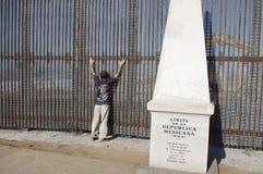 Búsqueda de la seguridad en la frontera mexicana Fotos de archivo