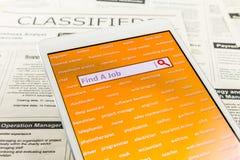 Búsqueda de trabajo con sitio web de Internet en línea Fotografía de archivo libre de regalías