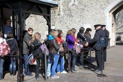 Búsqueda del bolso en la torre de Londres Imagen de archivo libre de regalías