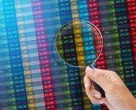 Búsqueda del mercado de acción en un monitor. Fotografía de archivo libre de regalías