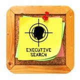 Búsqueda ejecutiva. Etiqueta engomada amarilla en boletín. Imagen de archivo