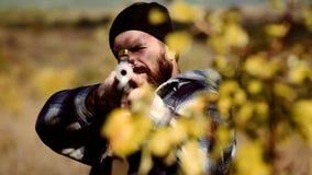 Búsqueda en el bosque  Calibres de los rifles de la caza  almacen de metraje de vídeo