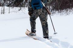 Búsqueda en nieve profunda con las raquetas Imagen de archivo