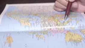 Búsqueda España, isla de la mano del hombre adecuado en el mapa de papel de la geografía por una pluma Cierre para arriba almacen de video