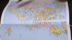Búsqueda Noruega, Polonia de la mano del hombre adecuado en el mapa de papel de la geografía por una pluma Cierre para arriba almacen de video
