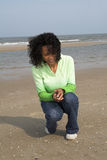 Búsqueda para los shelles en la playa Imágenes de archivo libres de regalías
