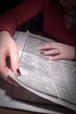 Búsqueda para una nueva oportunidad en el periódico Imagen de archivo libre de regalías