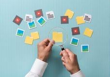 Búsqueda y análisis del fichero foto de archivo libre de regalías