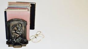Bücher Alte Bücher mit Buchstütze des Denkers Stockfoto