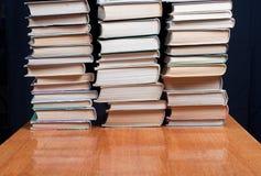 Bücher auf brauner Tabelle Lizenzfreies Stockbild