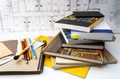 Bücher auf dem Designer ` s Schreibtisch Lizenzfreies Stockbild