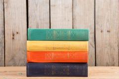 Bücher auf dem hölzernen Hintergrund Stockbild