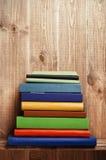 Bücher auf dem hölzernen Regal Stockfotos