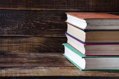 Bücher auf dem Holztisch Lizenzfreies Stockfoto