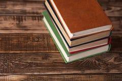 Bücher auf dem Holztisch Stockbild