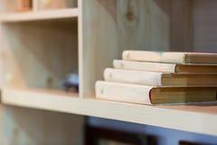 Bücher auf dem Regal Lizenzfreie Stockbilder