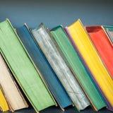 Bücher auf dem Regal Bücherregalhintergrund Lizenzfreies Stockfoto