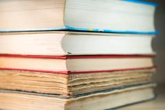Bücher auf dem Tisch gestapelt Stockfoto