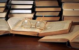 Bücher auf dem Tisch, Gläser Stockfotografie