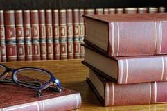 Bücher auf dem Tisch und Gläser lizenzfreie stockfotos