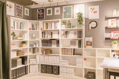 Bücher auf den Regalen Stockfotografie