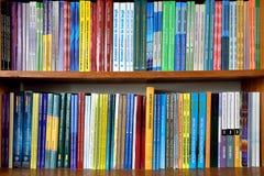 Bücher auf den Regalen in der Bibliothek Stockfoto