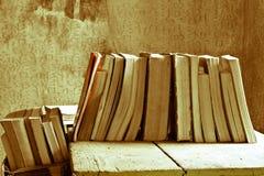 Bücher auf der acient Tabelle Lizenzfreies Stockbild