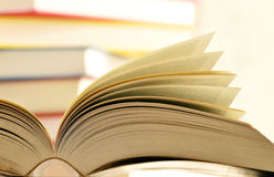 Bücher auf der Bibliothekstabelle Lizenzfreie Stockfotos