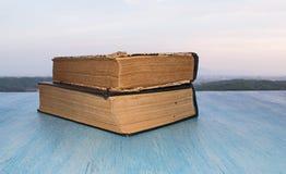 Bücher auf der hölzernen blauen Tabelle Lizenzfreie Stockbilder