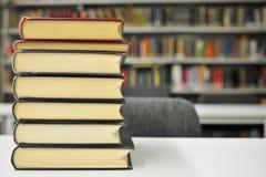 Bücher auf der Tabelle in der Bibliothek Stockfoto