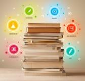 Bücher auf die Oberseite mit bunten Symbolen auf Weinlesehintergrund Stockfotografie
