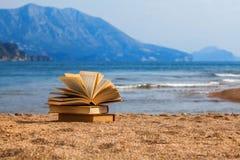 Bücher auf einem Strand Lizenzfreie Stockfotos