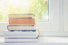 Bücher auf Fenster Stockfoto