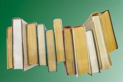 Bücher auf grünem Hintergrund Lizenzfreie Stockfotografie