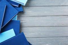 Bücher auf grauer Tabelle lizenzfreies stockfoto