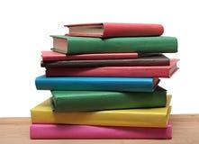 Bücher auf hölzerne lokalisiertem Weiß des Regals Nahaufnahme lizenzfreie stockfotografie