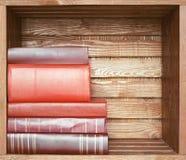 Bücher auf hölzernem Regal Stockfoto