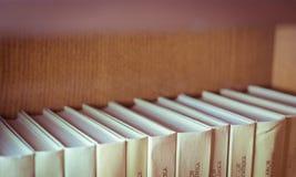 Bücher auf hölzernen Regalen Stockbild
