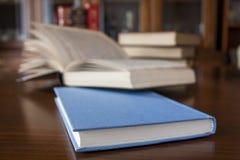 Bücher auf hölzerner Tabelle stockbilder