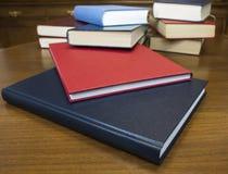 Bücher auf hölzerner Tabelle lizenzfreie stockfotografie
