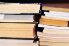 Bücher auf Regal Lizenzfreie Stockbilder