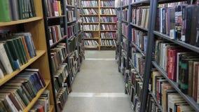 Bücher auf Regalen Schieben der Kamera in der Bibliothek buchhandlung stock video footage