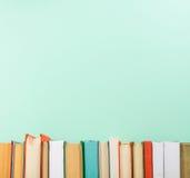 Bücher auf Schmutzholztisch-Schreibtischregal in der Bibliothek Zurück zu Schulhintergrund mit Kopienraum für Ihren Anzeigentext  Stockfotos
