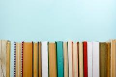 Bücher auf Schmutzholztisch-Schreibtischregal in der Bibliothek Zurück zu Schulhintergrund mit Kopienraum für Ihren Anzeigentext  Lizenzfreies Stockfoto