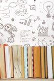 Bücher auf Schmutzholztisch-Schreibtischregal in der Bibliothek Zurück zu Schulhintergrund mit Kopienraum für Ihren Anzeigentext  Lizenzfreie Stockfotos