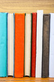 Bücher auf Schmutzholztisch-Schreibtischregal in der Bibliothek Zurück zu Schulhintergrund mit Kopienraum für Ihren Anzeigentext  Stockbild