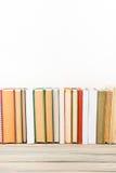 Bücher auf Schmutzholztisch-Schreibtischregal in der Bibliothek Zurück zu Schulhintergrund mit Kopienraum für Ihren Anzeigentext  Stockfotografie